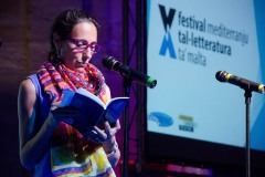 Nadia Mifsud. Awissu 2015, waqt il-Festival Mediterranju tal-Letteratura ta' Malta, taqra mit-tieni ġabra ta' poeżiji: Kantuniera 'l Bogħod. Ritratt ta' Virginia Monteforte.