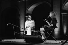 Nadia Mifsud. Awissu 2018, waqt il-Festival Mediterranju tal-Letteratura ta' Malta, ma' Aslı Erdoğan. Ritratt ta' Virginia Monteforte.