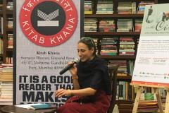 Nadia Mifsud. Jannar 2019, waqt qari fil-ħanut tal-kotba Kitab Khana, f'Mumbai.